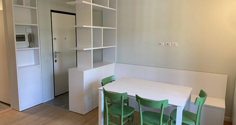 Город Мадезимо, Вход обставлен мебелью на заказ