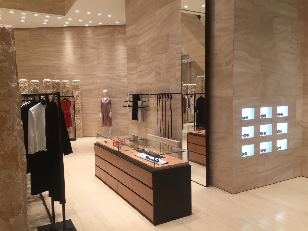 Магазин модной одежды в центре моды в Чунцине, Китай